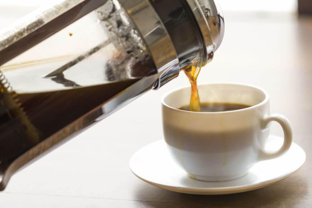 przygotowywanie kawy w french pressie